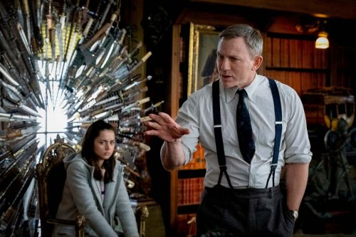 Why does Daniel Craig tuck his tie at the end of Knives Out?